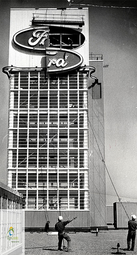 Selectivity tower at Ford plant erected 1968