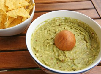 Guacamole-with-corn-chips-Popo-le-Chien-2016-wikicommons