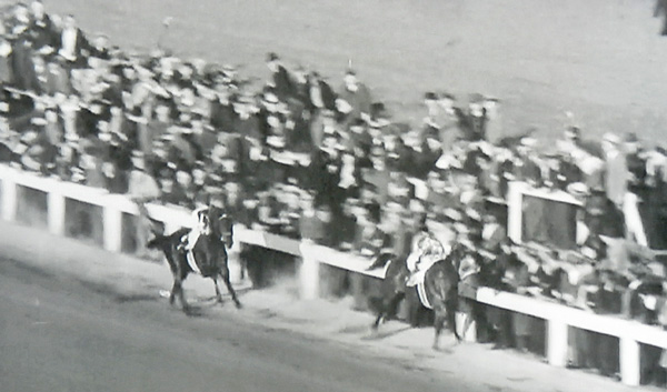 Seabiscuit ahead of War Admiral, match race at Pimlico Nov. 1938
