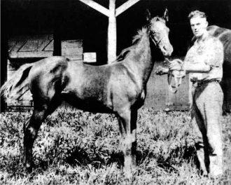 Man o War with_trainer_Joseph_Bryan_Martin-8-May-1918-Nursery-Stud-Lexington-wikicommons